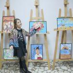 La nouă ani, o fetiţă a deschis o expoziţie de pictură la Centrul Cultural Piteşti